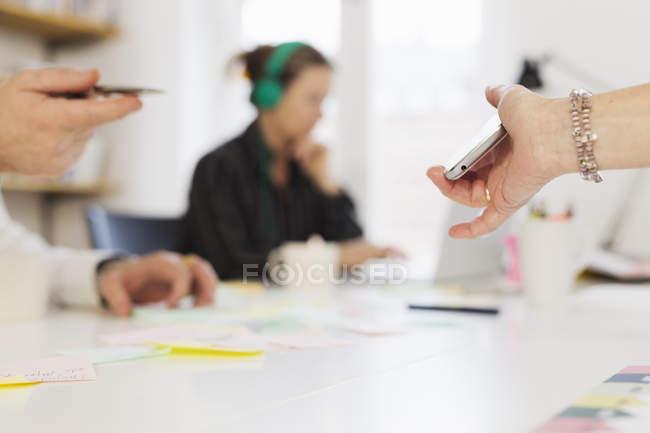 Pessoas de negócio exploração telemóveis — Fotografia de Stock