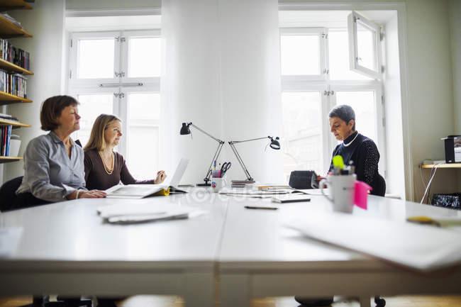 Деловые женщины сидят и работают за столом — стоковое фото