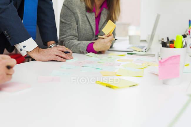Les hommes d'affaires préparent des notes adhésives — Photo de stock