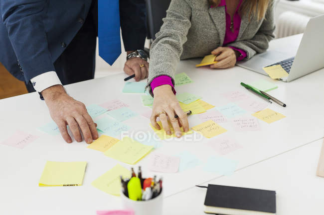 Business people preparing reminders at desk — Stock Photo