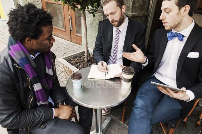 Общение деловых людей — стоковое фото