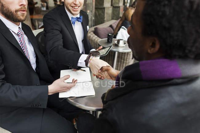 Gente de negocios dándose la mano - foto de stock