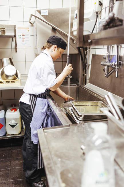 Chef lavar utensilios de cocina comercial - foto de stock   #143167265