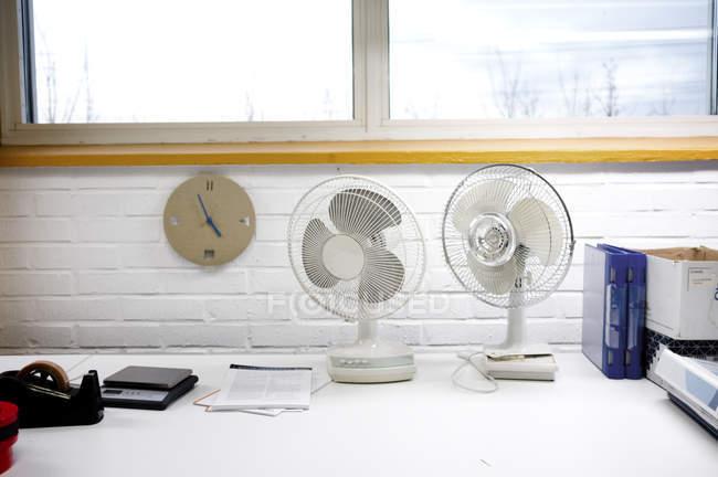 Вентиляторы в офисе — стоковое фото