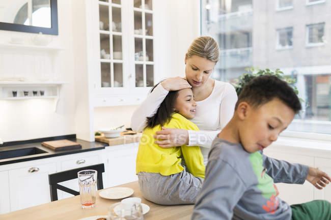 Mãe abraçando filha — Fotografia de Stock
