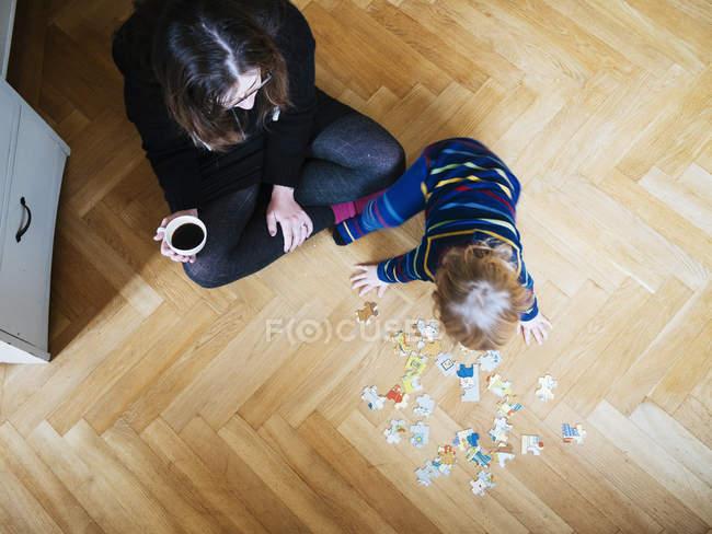 Mulher olhando para bebê menina — Fotografia de Stock
