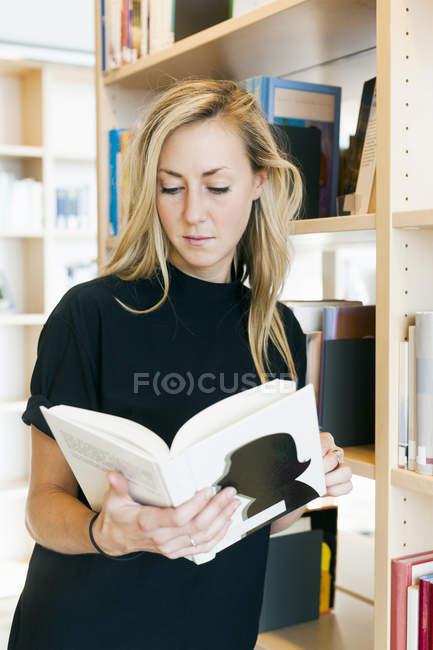 Livre de lecture de jeune femme — Photo de stock
