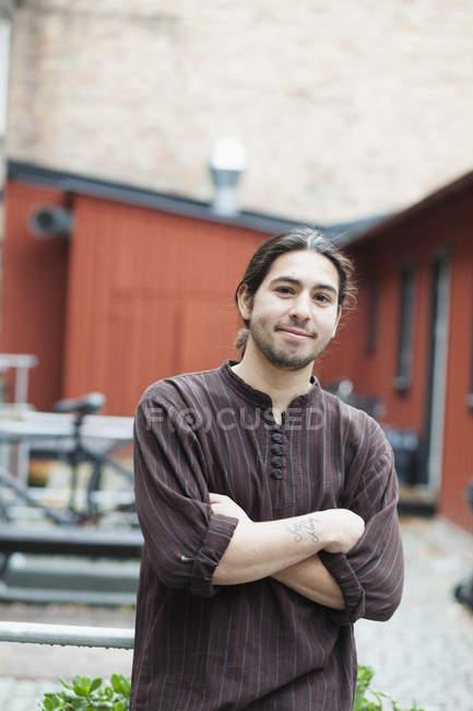 Homem confiante no quintal do café — Fotografia de Stock