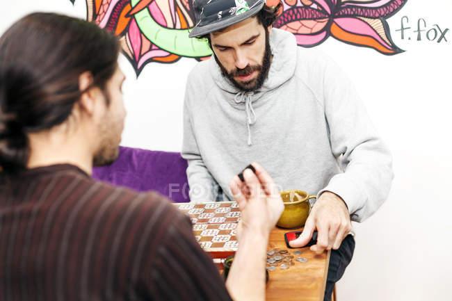 Мужчины, друзья игра настольная игра — стоковое фото