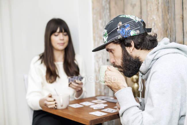 Carte per l'uomo, con la ragazza — Foto stock