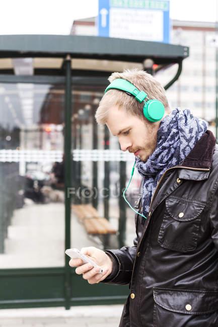 Hombre escuchando música - foto de stock