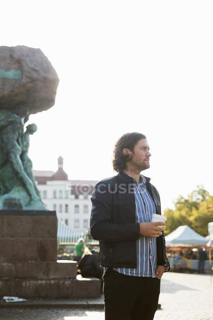 Uomo con tazza di caffè usa e getta — Foto stock