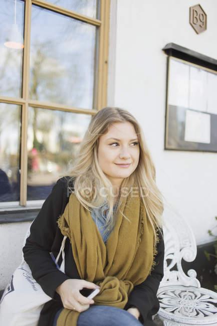 Donna seduta al caffè del marciapiede — Foto stock