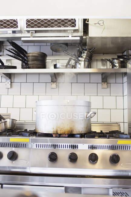 Contenitore di metallo sulla stufa — Foto stock