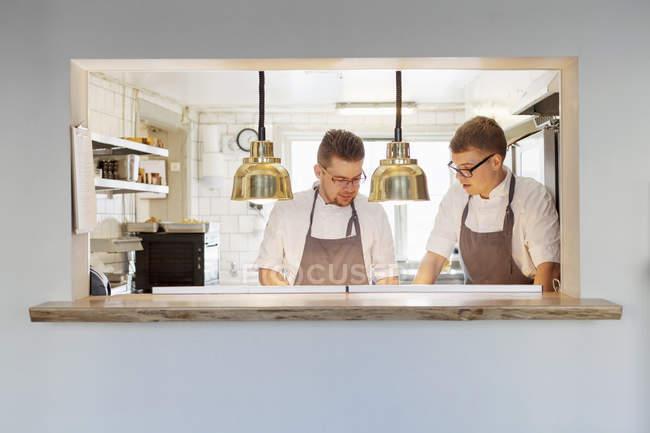 Junge Köche arbeiten zusammen — Stockfoto