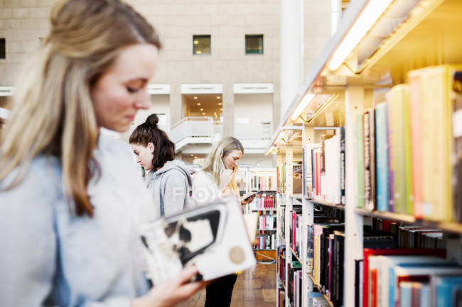 Estudiantes universitarias - foto de stock