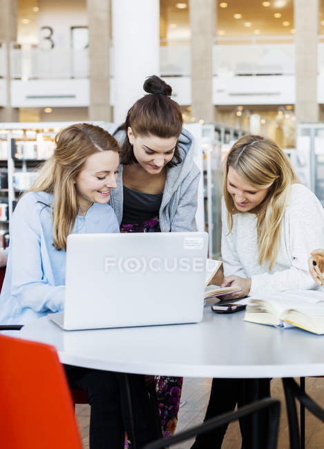 Amici femminili discutendo note — Foto stock