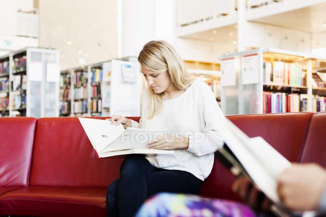 Jeune femme lecture livre — Photo de stock