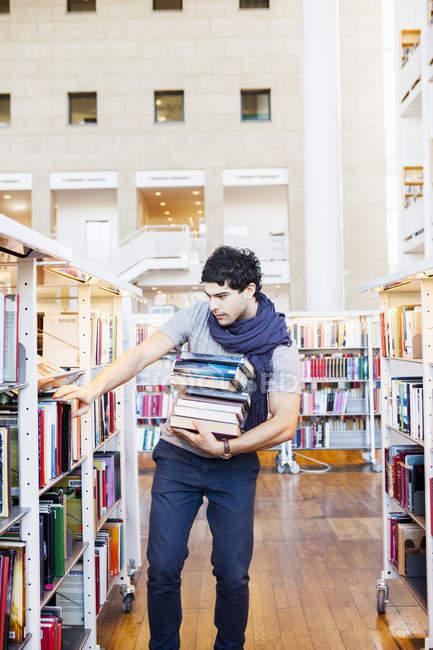 Jeune homme, sélection de livres — Photo de stock