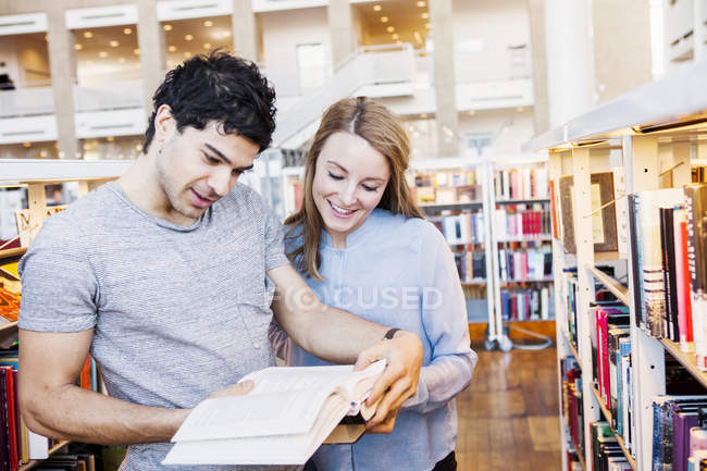 Junge Freunde Buch — Stockfoto