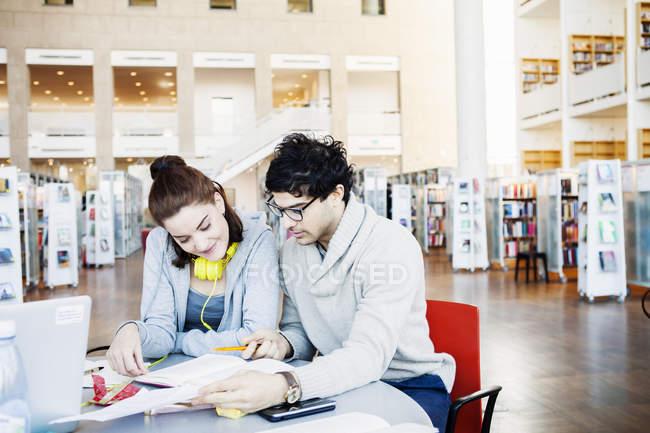 Freunde Buch gemeinsam lesen — Stockfoto