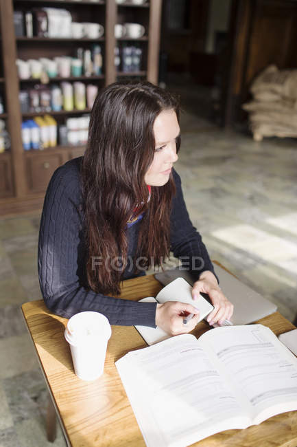 Donna con il diario in caffè — Foto stock