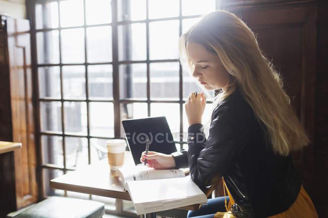Libro di lettura di giovane donna — Foto stock