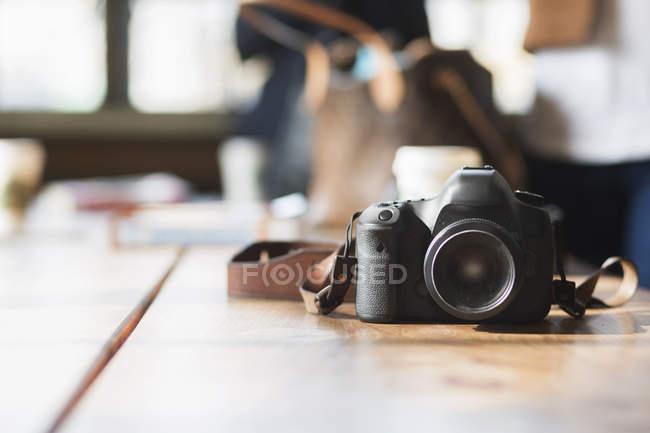 Камера на столе в кафе — стоковое фото