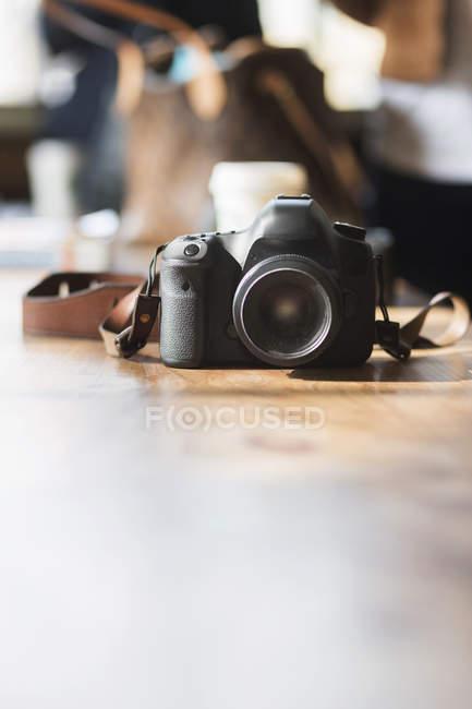 Câmera na mesa no café — Fotografia de Stock