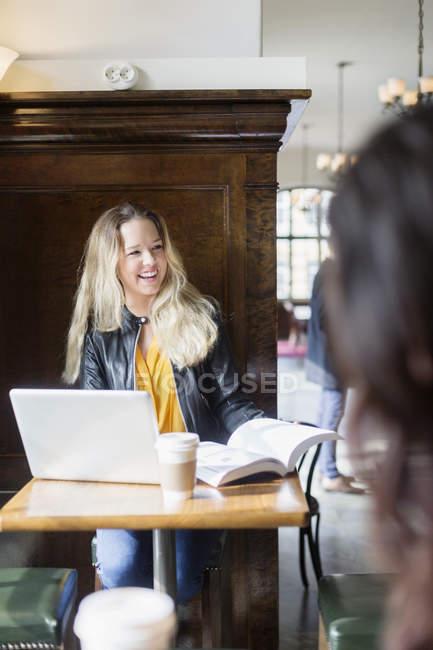 Donna che distoglie lo sguardo mentre si studia — Foto stock