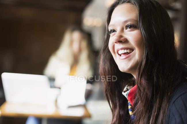 Giovane donna in café — Foto stock