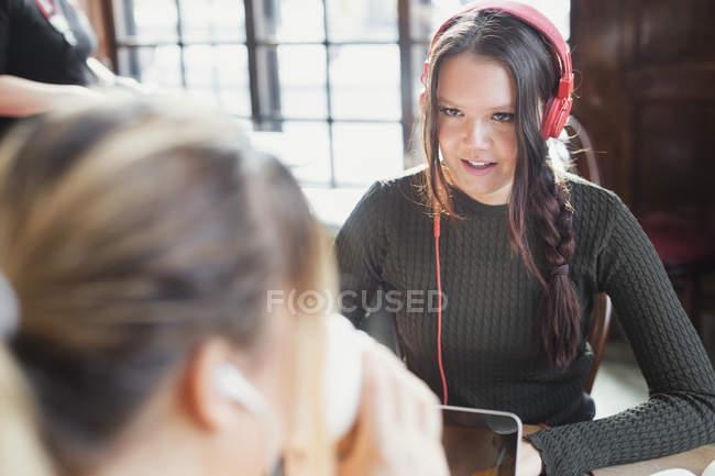 Giovane donna che comunica ad un amico — Foto stock
