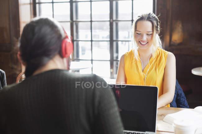 Donna che sorride davanti a amico — Foto stock