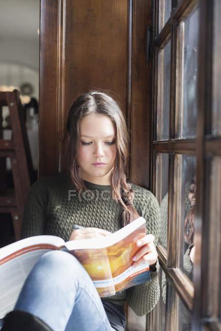 Молодая женщина учится — стоковое фото