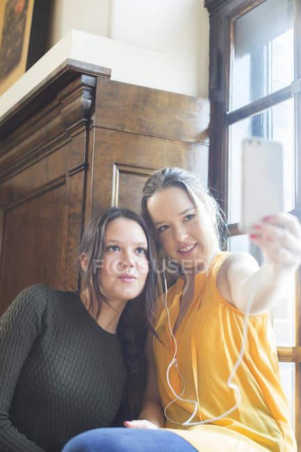 Amigos tomando auto-retrato — Fotografia de Stock