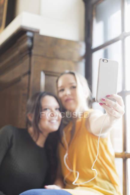 Amici femminili che catturano auto ritratto — Foto stock