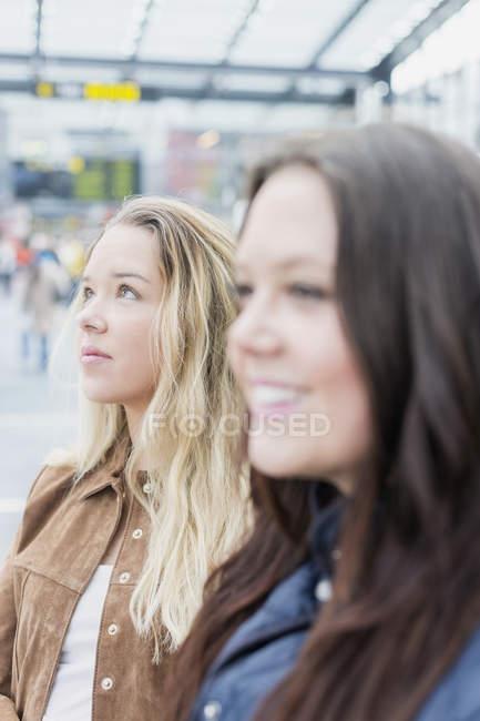 Jovem mulher com amigo — Fotografia de Stock