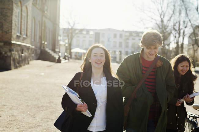 Adolescente dell'allievo con gli amici — Foto stock