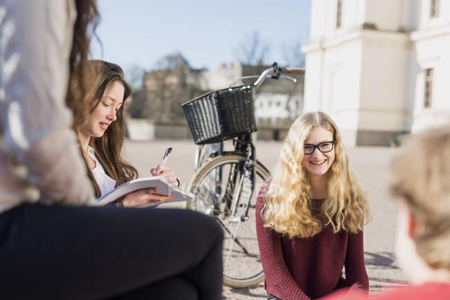 Підлітковий друзів в кампусі коледжу — стокове фото