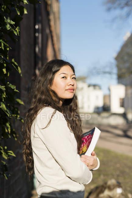 Дівчинка-підліток холдингу книги — стокове фото