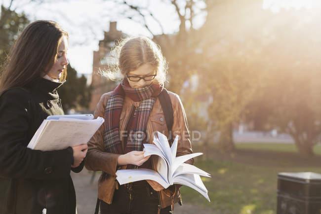Дивлячись на подрузі дівчинки-підлітка — стокове фото