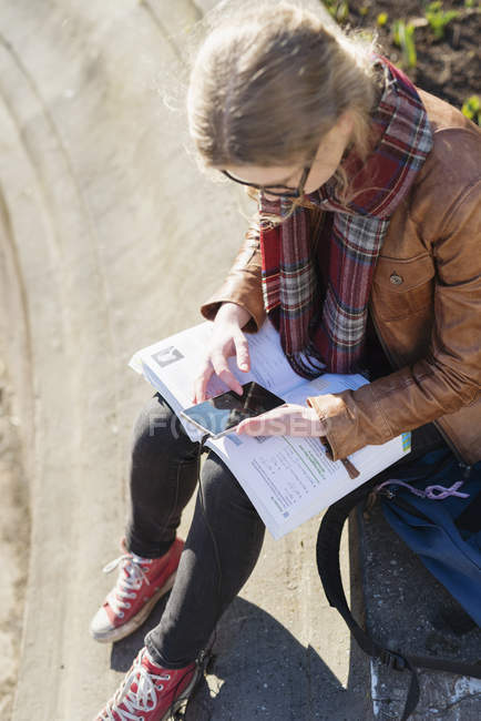 Teenager Mädchen mit Mobiltelefon — Stockfoto