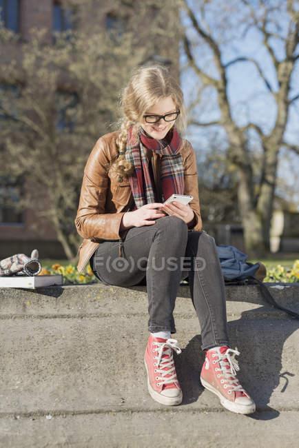Ragazza adolescente con cellulare — Foto stock