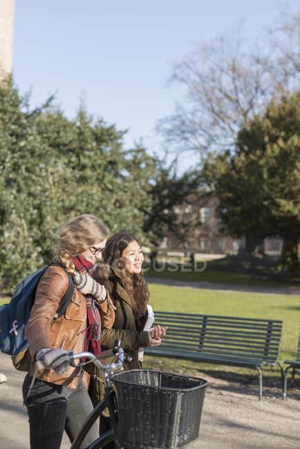 Adolescents amis avec vélo — Photo de stock