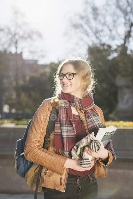 Libro della holding dell'adolescente di fresatura — Foto stock