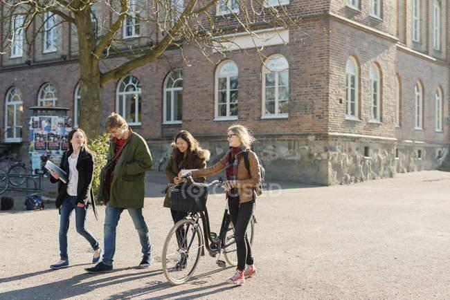 Étudiants heureux sortant de l'université — Photo de stock