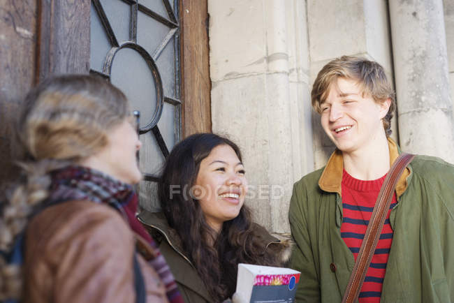 Smiling teenage friends — Stock Photo