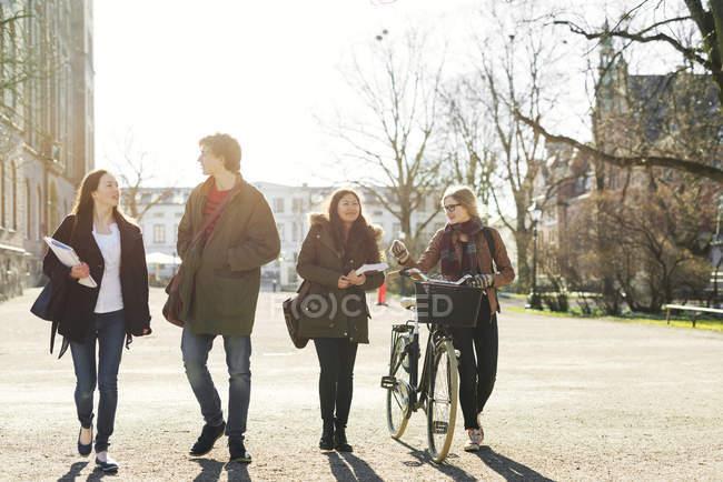 Étudiants heureux marchant dans la rue — Photo de stock