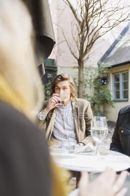 Giovane, bere il caffè — Foto stock