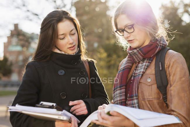 Adolescentes lecture livre — Photo de stock